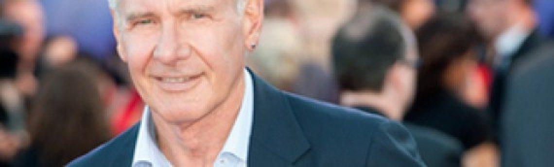 Harrison Ford (70) a usar brincos, e daí?