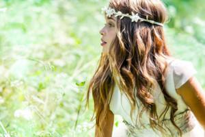 Rapariga no campo com uma bandelete